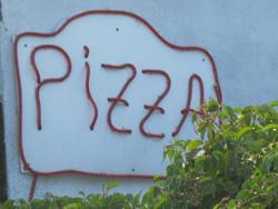 frisch zubereitete Pizza